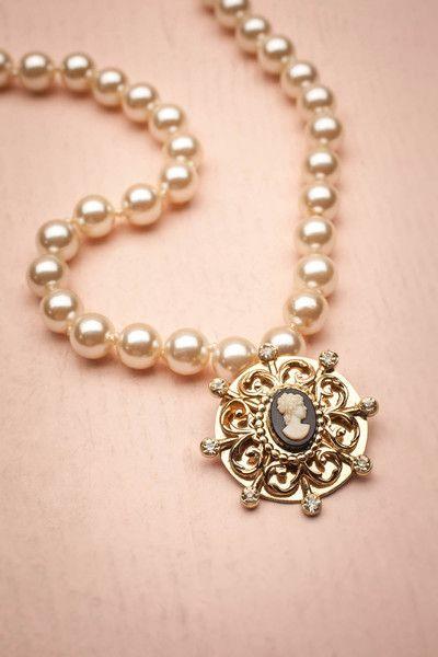 Une perle, deux perles, trois perles... Cette écume blanche de bord de mer va à ravir au camée à l'accent nautique.