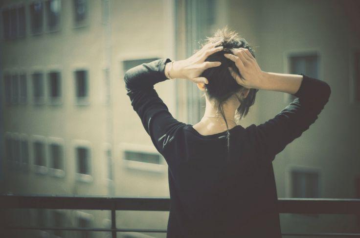 картинки со спины девушка, брюнеточка, кофта, руки, держится, за голову, перила, высота, балкон, здания, вид обои