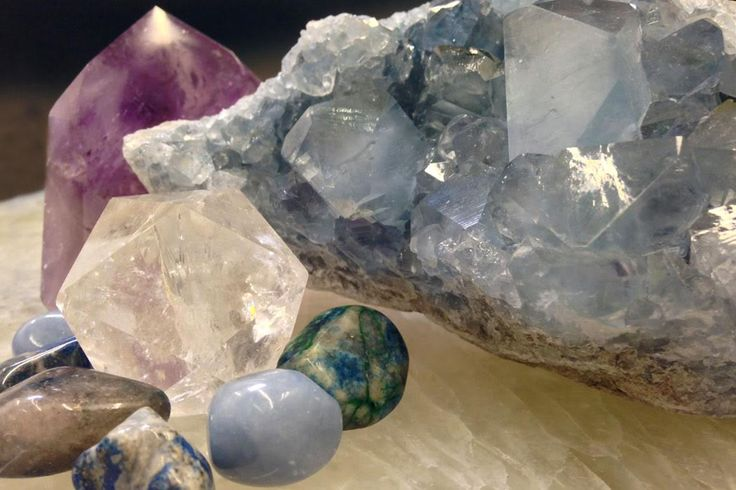 Learn how to create your own new moon ritual using crystals! #newmoon