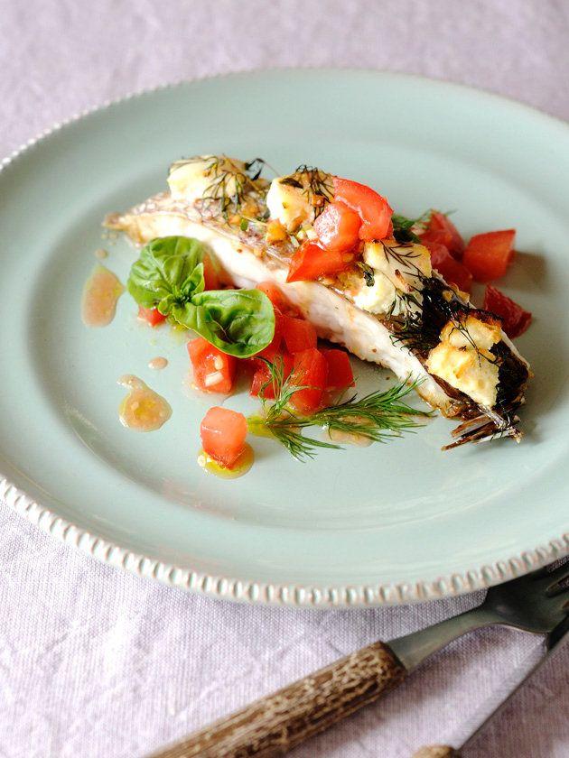 フェタチーズのような食感の焼きヨーグルトは、白身魚とも好相性! 『ELLE a table』はおしゃれで簡単なレシピが満載!