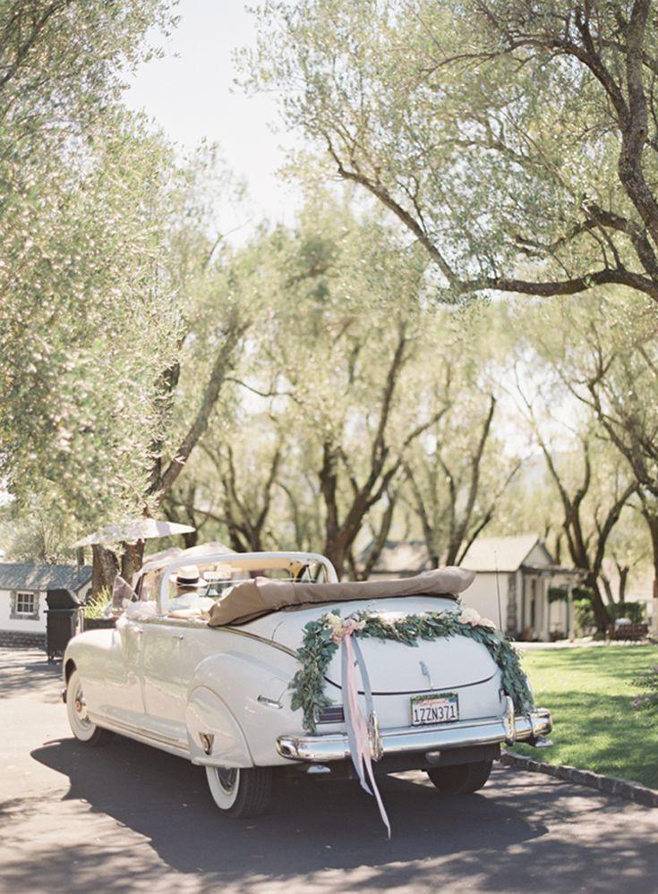 décoration voiture mariage - osez la guirlande de feuillages ornée de rubans de satin pour embellir le véhicule
