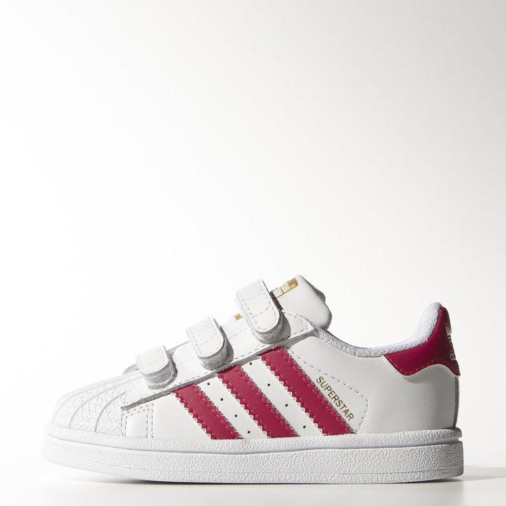 """Inspirée de l'iconique chaussure de basketball des années 70, la Superstar Foundation adidas Originals revisite un grand classique pour le plus grand bonheur des tout petits. Cette chaussure bébés possède l'emblématique """"shell-toe"""", une tige en cuir et des pattes auto-agrippantes pour une fermeture facile."""
