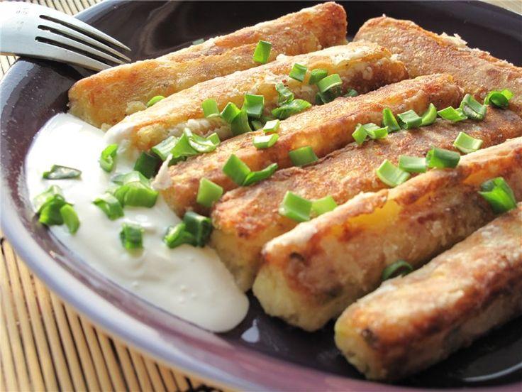 Рыцарские колбаски от iii на 4 порции 1 кг картофеля 2 луковицы 250 г нежирной подчеревины 250 г кислой капусты 3 желтка 3 ст.л сливок 1 ст.л.рубленого кервеля молотый черный перец и мускатный орех картофельный крахмал для панировки 3 стол.л. масла для жарки