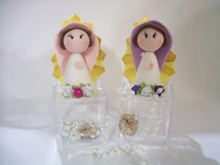 Cajitas de acrílico con rosario y Virgencita de pasta francesa... súper lindos!!