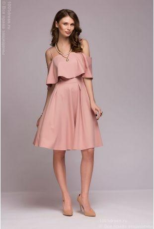 Платье пудрового цвета длины мини с открытыми плечами и двойным воланом