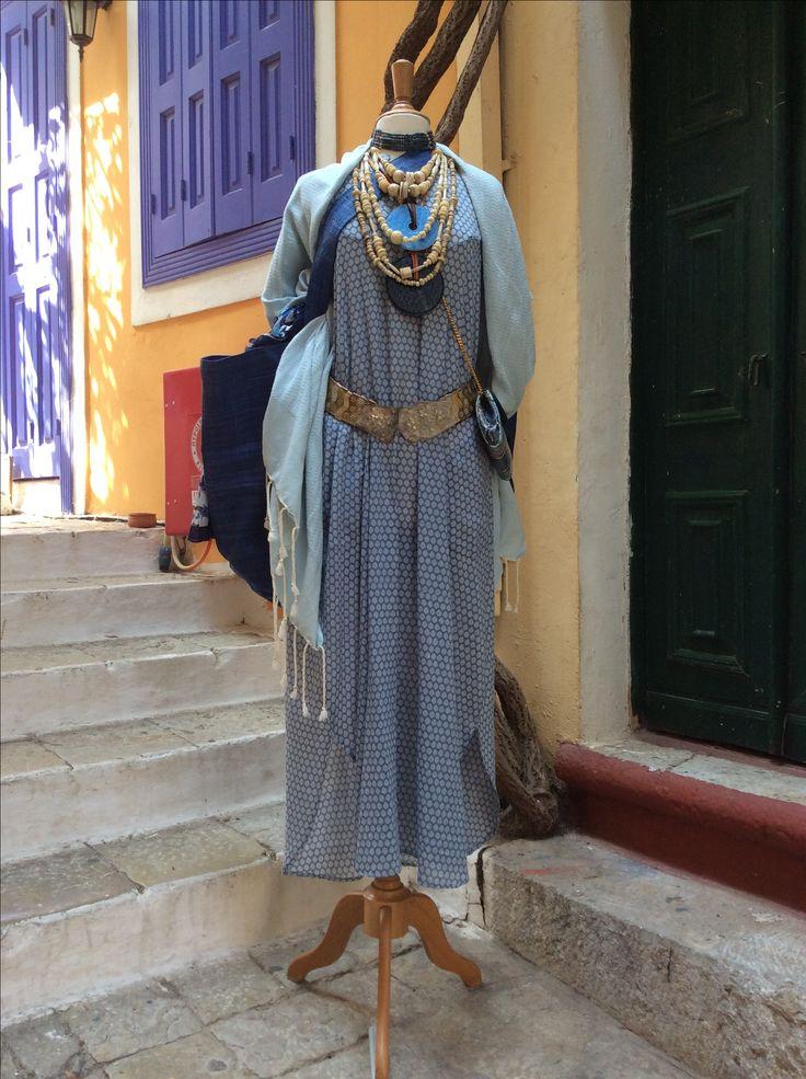 Vestito in mussala di cotone, india. Cintura vintage in metallo dorato e argentato, Africa. Collane vintage di osso intagliato.