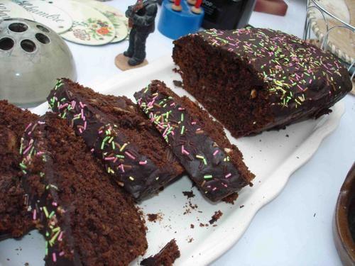 """Le cake au chocolat, qui ne se fout pas de la gueule du monde Des fois, les gens, y disent """"Ouuaiis, j'aime bien les gâteaux au chocolat, d'ailleurs, j'ai une super recette, comme je suis sympa je te la file, dans ton gâteaux au yaourt, pense à rajouter..."""