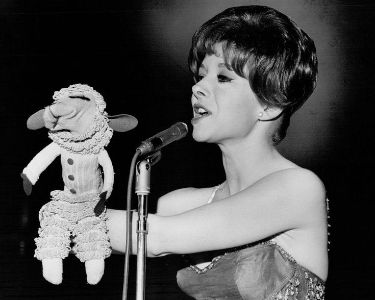 "SHARI LEWIS WITH HER SOCK PUPPET ""LAMB CHOP"" - 8X10 PUBLICITY PHOTO (AB-427)"
