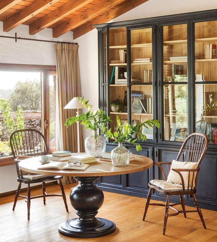 Y huir de la rutina. Con un gran porche, un salón abierto al paisaje y mucha luz, esta casa es un refugio de piedra y madera para desconectar del día a día