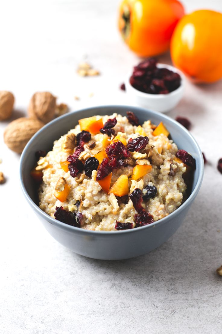 Vegan breakfast quinoa bowl recipe - If you love oatmeal, but you can't or don't want to eat oats, you should give this vegan breakfast quinoa bowl a try. It's so creamy and delicious!