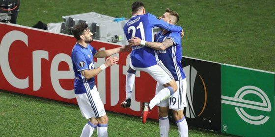Schalke-Torschütze Guido Burgstaller mit Alessandro Schöpf und Daniel Caligiuri (v.re.).