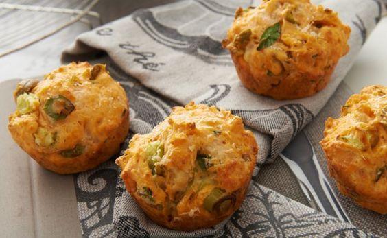Muffins salados de tomate, aceitunas y parmesano