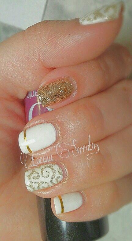 Uñas -cortas - blancas - dorado - diseño.