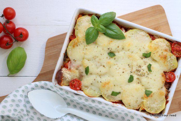 Een aardappellasagne, lasagne maar dan met laagjes aardappel. Met een vulling van Italiaanse groenten, saucijzen, parmezaan en mozzarella on top.