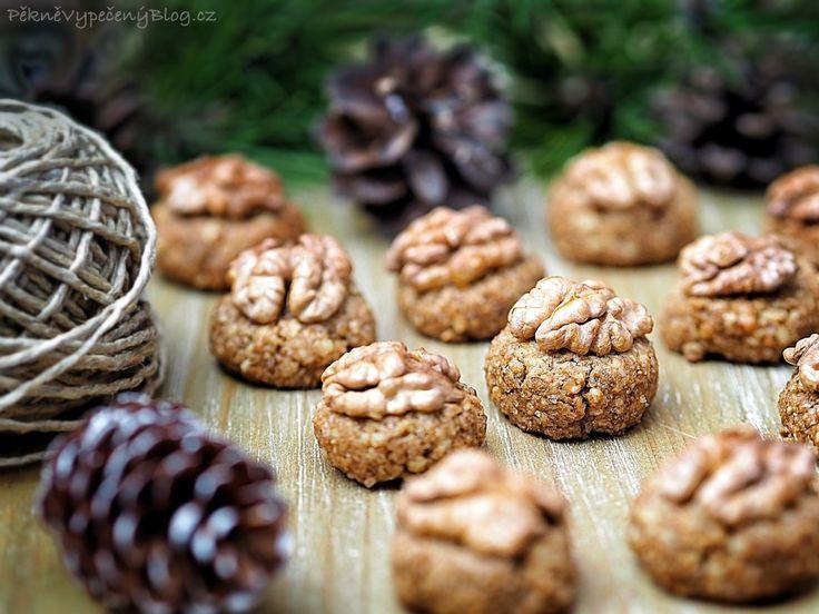 Ořechovky 240 g vlašských ořechů (lehce rozmixovaných) 1 bílek (pokojové teploty) špetka soli 1/2 lžičky vanilkového extraktu (popřípadě aroma) 1 zarovnaná lžička mleté skořice 3 lžíce třtinového cukru půlky vlašských ořechů na ozdobu