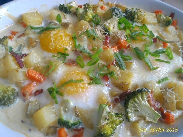 Baked eggs with veggies and bacon