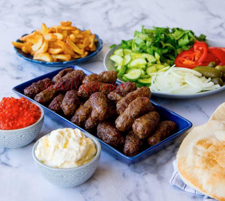 Saftiga, smakrika och utsökta biffar från Balkan. Godast blir biffarna om de får stå i kylen flera timmar innan de steks. Avnjutes helst med det goda brödet lepinja, kajmak, ajvar och lök. Grilla gärna biffarna på grillen, då blir de magiskt goda. Ca 30 st biffar, 6 portioner 1 kg köttfärs av valfri sort (gärna med hög fetthalt) 3 st vitlöksklyftor 0,5 gul lök 1 dl kolsyrat vatten 1 tsk bikarbonat (gör köttet saftigt) Salt & svartpeppar 1,5 tsk paprikapulver Vegeta (kan uteslutas) Kaymak:...