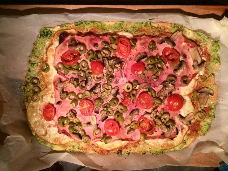Zvířátkový den - brokolicová pizza.Brokolice, vejce, oregano, sůl a mozzarela-nastrouhat nebo rozmixovat syrovou brokolici, vše smíchat a těsto dát na pečící papír do trouby na 180stupňů 20minut, Nakonec přidat sýr, šunku, prostě co kdo chce a může