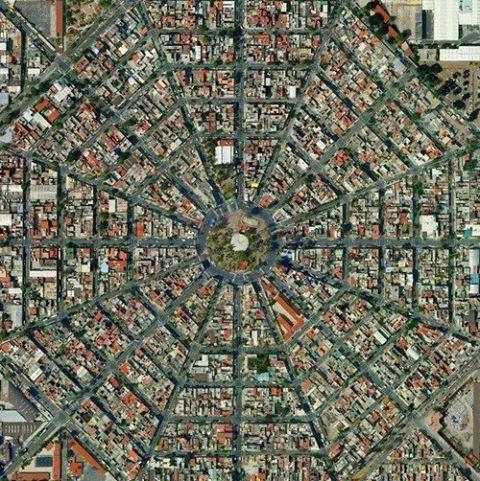 Traza urbana: La traza es una estructura especifica en la forma de ordenar una ciudad en donde encontramos diferentes tipos: a) Reticular b) Concéntrico radial c) Lineal d)Multicentrado e) Plato roto  Como podemos observar en la imagen, ésta cuenta con una estructura concéntrica radial para su organización