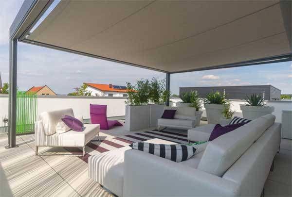 Loungemöbel sind auf großen Dachterrassen der Blickfänger. Farbakzente und ein guter Sonnenschutz sind hier ausschlaggebend für eine sinnvolle Ausnutzung des Platzes.