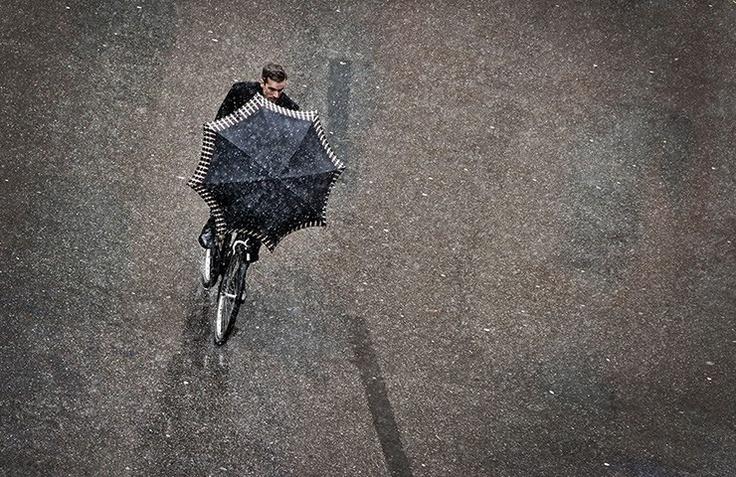 Procedere nelle intemperie  (Composizione per ombrello, bici, uomo e fiocchi di neve: siamo a Monaco di Baviera, 5 giorni fa)  Ph: Victoria Bonn-Meuser