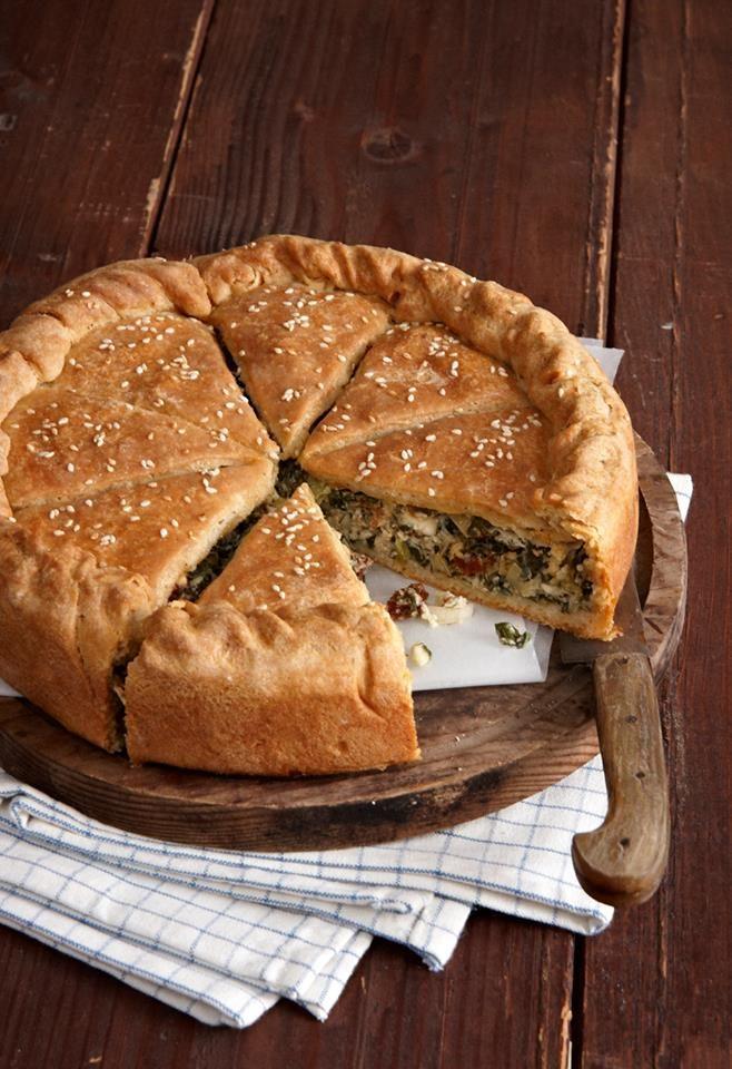 Σπανάκι, πράσα, λιαστή ντομάτα, αρωματικά και φέτα αγκαλιασμένα με τραγανή ζύμη κουρού σε μια πίτα μπουκιά και συχώριο!