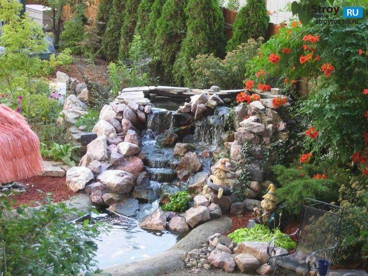 На фотографии показан садовый водопад..