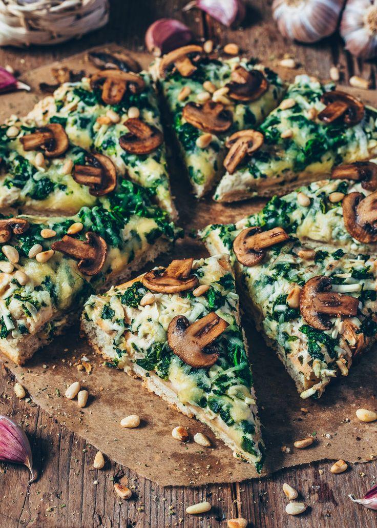vegane Pizza mit Spinat, Champignons, Knoblauch und Pinienkernen   – Vegetarische Rezepte