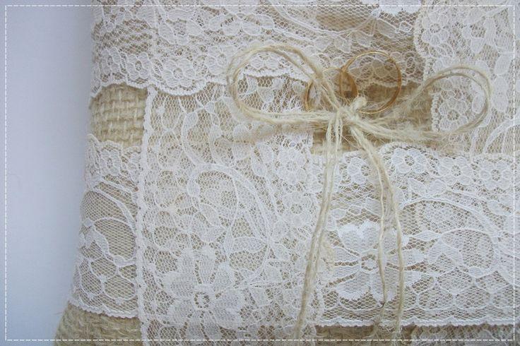 Porta alinças feito em estopa e renda com laço de corda. <br>Medidas 18x18cm