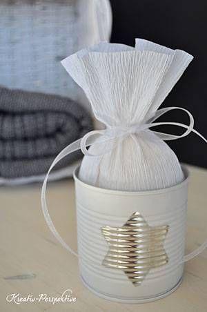 Geschenke schön verpacken kann Katrin vom Blog Kreativ-Perspektive: Sie verwendet eine Konservendose und bastelt Geschenkanhänger aus Tafelfolie.