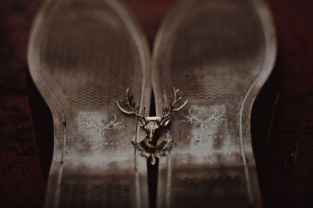 Свадьба в стиле эко-рустик, обувь жениха, оленьи рога в декоре