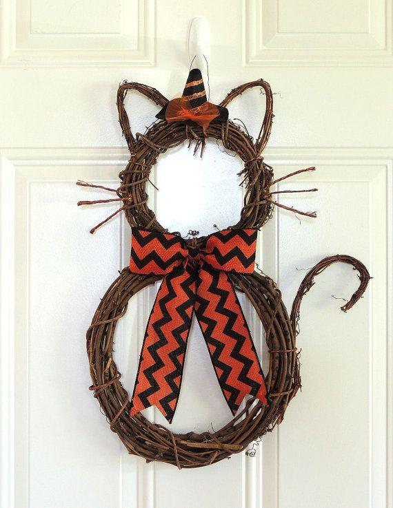 Jolie Couronne de vigne Kitty Cat est parfait pour votre porte d'entrée, à accrocher sur le mur, porte intérieure. Cette couronne est mise en forme et montage par moi du début à la finition. Vous pouvez le Style de la décoration sur elle et le prix comme indiqué ci-dessous. Lorsque vous achetez juste besoin de venir chercher dans la liste déroulante sur le haut de la liste.   Chat avec boucle simple noeud et sorcière chapeau de 65 $ (photo # 1, 2 & 3) Chat avec boucle simple noeud et…