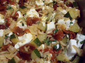 riz rond, courgette, tomate séchée, oignon, feta, bouillon, basilic frais, huile, sel, poivre