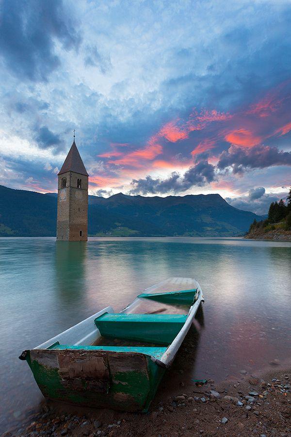 Het Lago di Resia oftewel de Reschensee is een Italiaans stuwmeer vlakbij de Oostenrijkse grens. De in het stuwmeer staande klokkentoren vormde ooit het middelpunt van het dorpje Corun, Dat dorp verdween echter in 1950 in het stuwmeer.