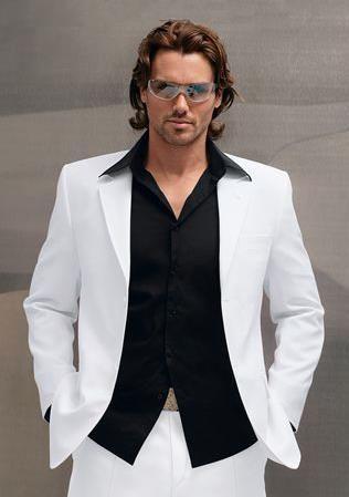 Белый костюм с черной рубашкой