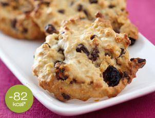 Haverkoekjes met rozijnen en chocolade  Voor 12 koekjes: • 2 eetlepels stevia (purevia), 75 g amandelpoeder, 35 g bloem • 40 g havervlokken, 15 cl room met laag vetgehalte • 35 g chocolade in brokjes gehakt, 35 g rozijnen.