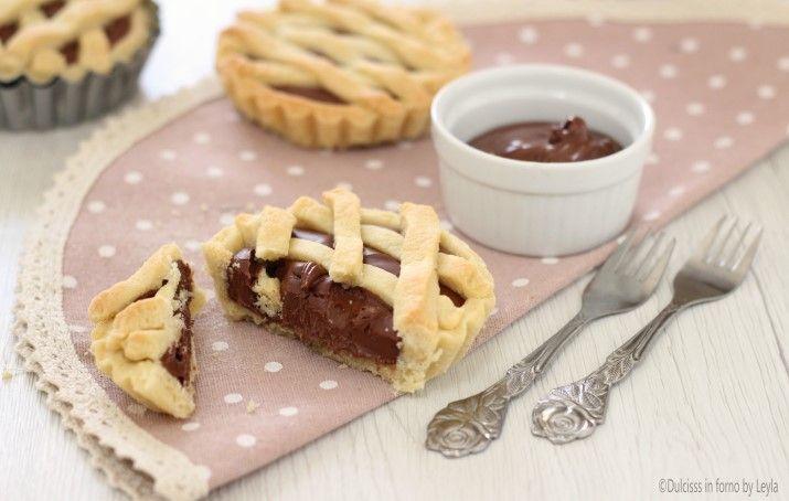 Le Crostatine alla nutella solo la versione monoporzione della celebre Crostata alla nutella. Facili e veloci da preparare, piaceranno a tutta la famiglia.