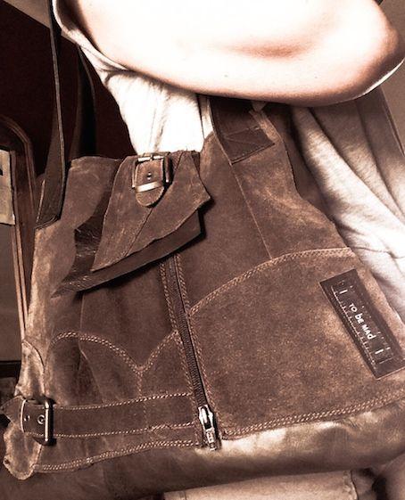tobeMad re-born n. RB/03  borsa in crosta e pelle di vitello realizzata da un paio di stivali sportivi in con fibbie. Abbiamo abbinato una pelle di vitello marrone sottile per sdrammatizzare un po' l'impronta un po' cowboy dello stivale.  La borsa è foderata, ha una tasca interna e una dietro e la chiusura con calamita. Dimensioni: 40x45x2 Colore: marrone       www.tobemad.it