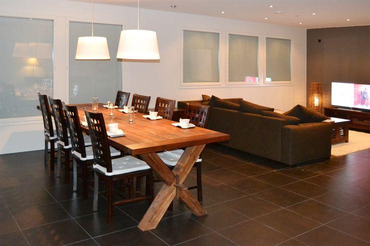 Kierrätystiikkinen ruokapöytä, mahonkiset ruokapöydän tuolit ja mahonkinen tv-taso.