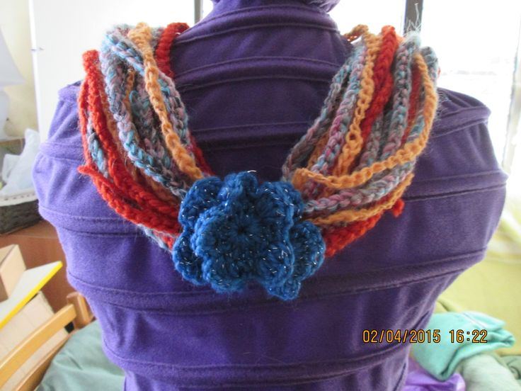 Collana multicolore in lana con fiore blu