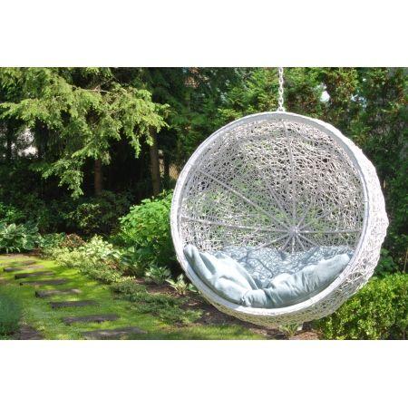 Huśtawka okrągła w kolorze białym  zrobiona ręcznie z naturalnego rattanu o oryginalnym splocie do podwieszenia w ogrodzie, altanie lub w mieszkaniu.
