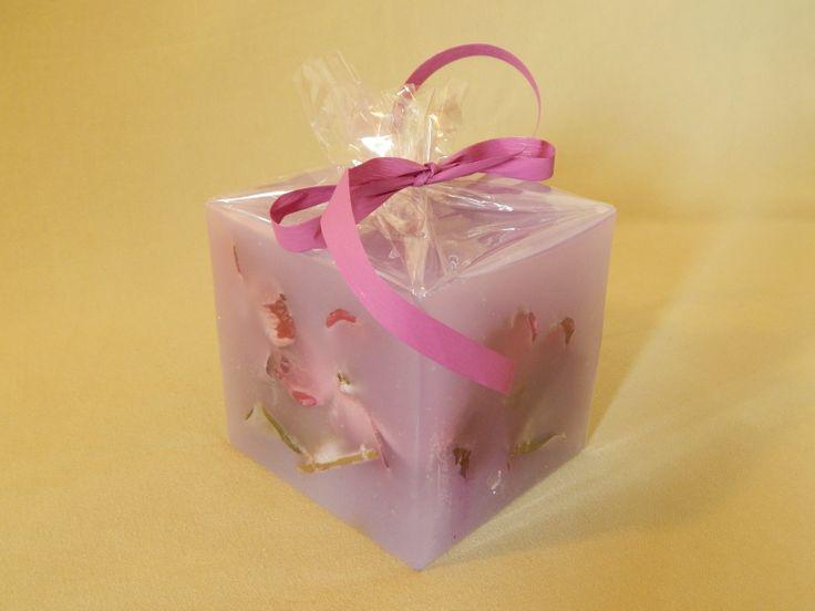 Μοβ χειροποίητο κερί με άρωμα βανίλιας. Purple handmade candle with vanilla aroma.