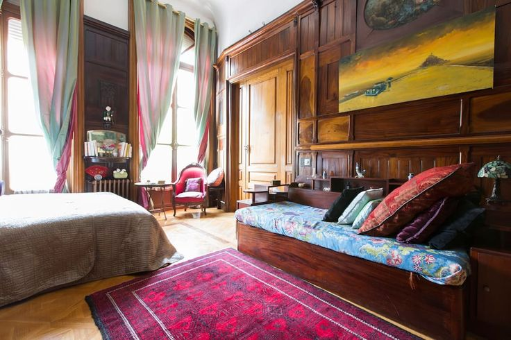 Apartamento en París, Francia. Hello, we are the Lambouley family, and we offer for rent for week-end or holiday weeks our wonderful duplex apartment of 2500 square feet.    ATTENTION! exept on july et in august, this appartment is only available on saturday nights, and on the ...
