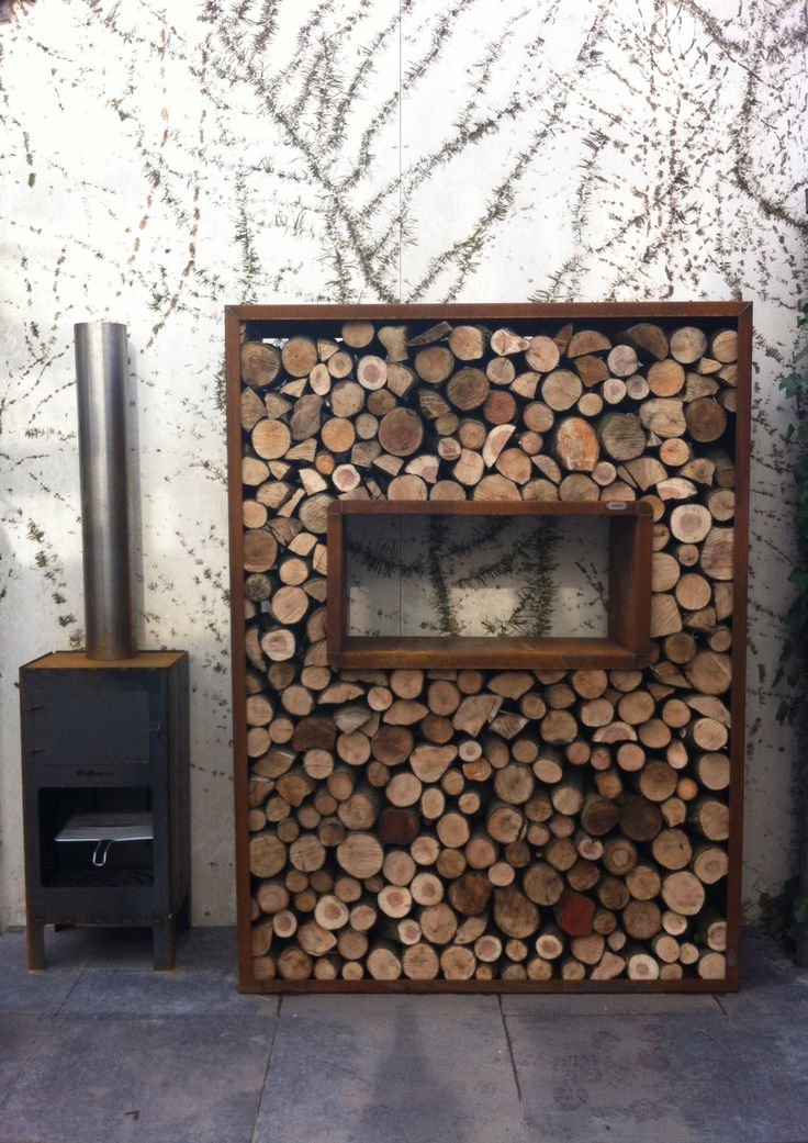 Very cool outdoor oven/wood storage combo!