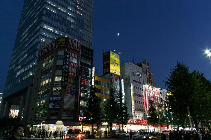 https://flic.kr/p/Dfz87k   밤도시 : night city   별것 아닌 동네 정경이지만 이것을 통해서 볼 수 있는 또 다른 정경이 좋습니다. 한국 도심은 상당히 밝아서 이런 밤에 달을 보기 힘든데 이 주변은 은근히 어두워서 달도 함께 볼 수 있는 즐거움이 있습니다.