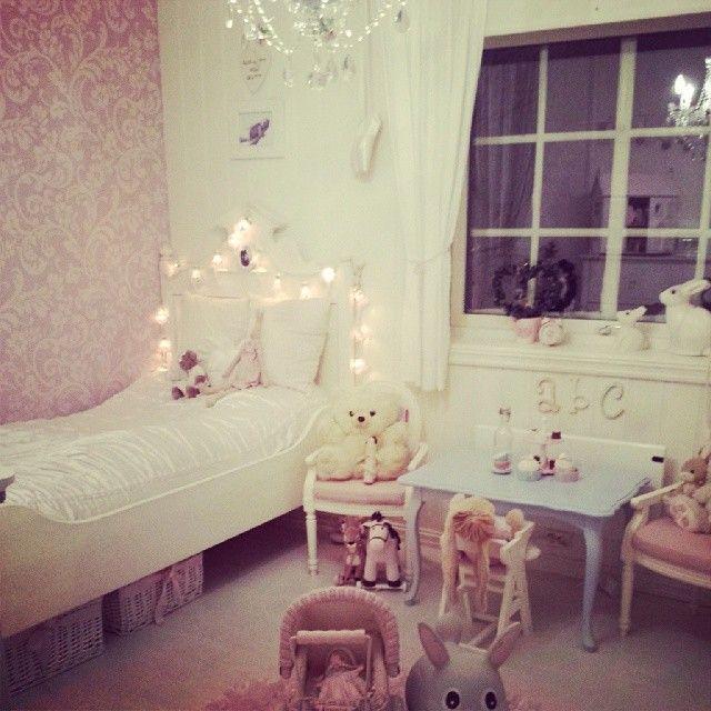 Norwegian girl's bedroom. Rommet til lille gull som snart skal få stor jenterom. barnerom #bunnyinthewindow