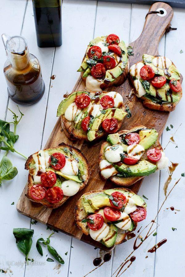pain grillé, avocat; tomate cerise, mozarella, basilic et un trait de vinaigre balsamic et huile d olive