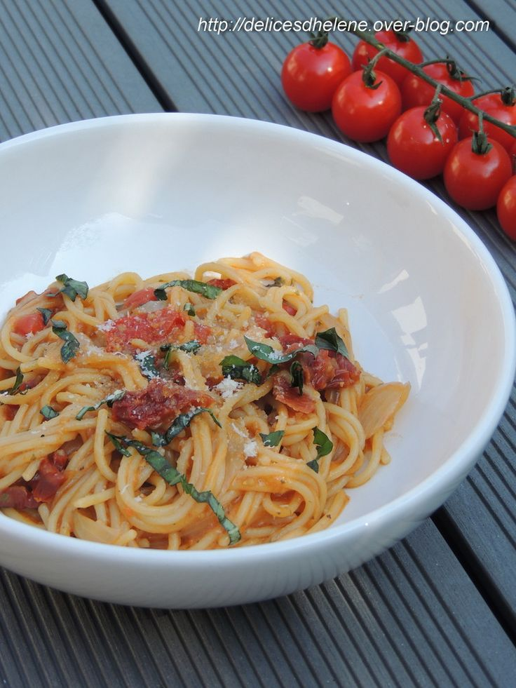 ONE PAN PASTAPour 2 à 3 personnes 150g de spaghettis 125g de tomates cerises 1 oignon coupé en lamelles fines 3 gousses d'ail coupées en fines lamelles 7 rondelles de tomates séchées les feuilles de 3 branches de basilic 3 cuil. à café de pesto rosso 1 cube de bouillon de légumes 500ml d'eau chaude (voire 650ml) de l'huile d'olive sel, poivre pignons de pin parmesan en poudre