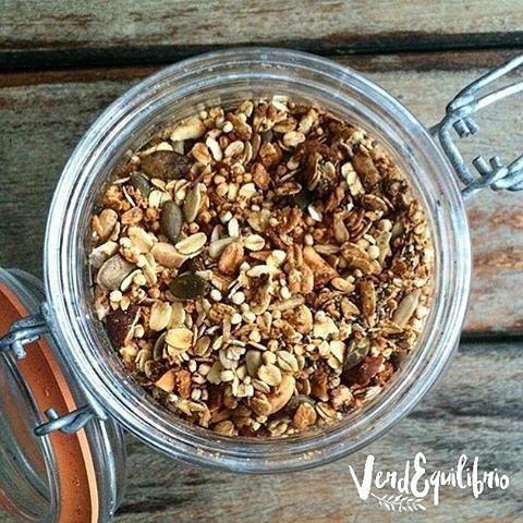 @Regrann from @verdequilibrio - Olvídate de los cereales industriales cargados de azúcar y aventúrate a hacer tu propia granola casera! Aquí te explico cómo hice la mía pero la idea es que adaptes la receta con lo que más te guste y por supuesto con lo que tengas a la mano. Te doy varias opciones para que escojas... . .  Ingredientes 250 g de avena en hojuelas (me encanta la de @granospantera) 100 g de frutos secos sin sal variados (almendras avellanas merey nueces maní...) 50 g de semillas…