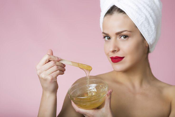 Um lästige Härchen mit Sugaring loszuwerden, muss man nicht zur Kosmetikerin. Sugaring kann man zu Hause nämlich auch selber machen. Wie, erfährst Du hier!